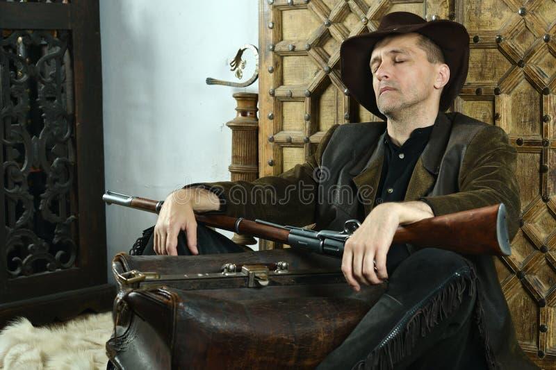 Bandit mit Gewehr stockfotografie