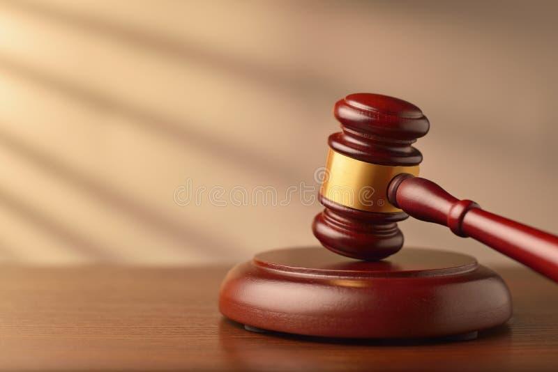 Banditore o martelletto di legno dei giudici fotografie stock libere da diritti