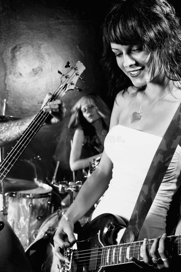 bandkvinnliggitarrist henne som leker arkivfoto