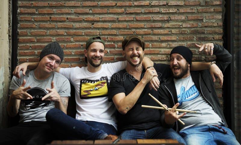 Bandmates που έχει τη διασκέδαση και που γελά από κοινού στοκ φωτογραφία με δικαίωμα ελεύθερης χρήσης