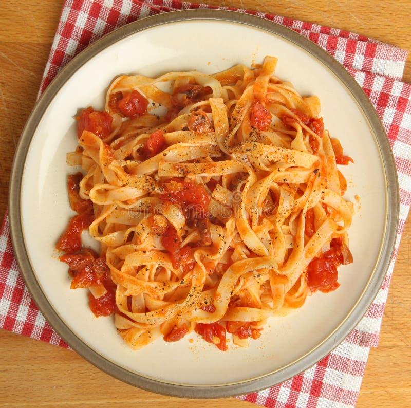 Bandnudeln-Teigwaren mit Tomatensauce stockfoto