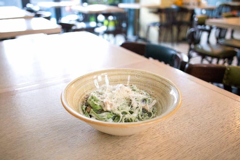 Bandnudelnteigwaren mit Spinat, Champignons und Parmesankäseparmesankäse auf der Platte im Restaurant lizenzfreies stockfoto