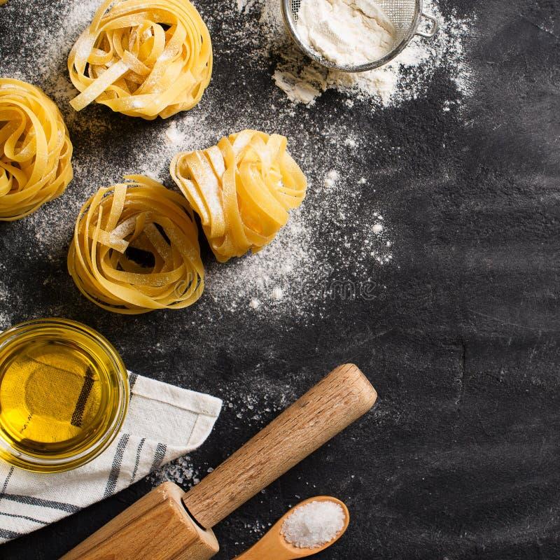 Bandnudelnteigwaren ungekocht, Spaghettihintergrund machend lizenzfreie stockfotos