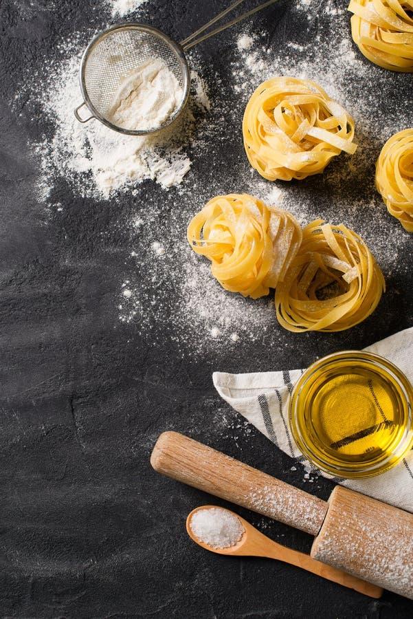 Bandnudelnteigwaren ungekocht, Spaghettihintergrund machend lizenzfreie stockbilder