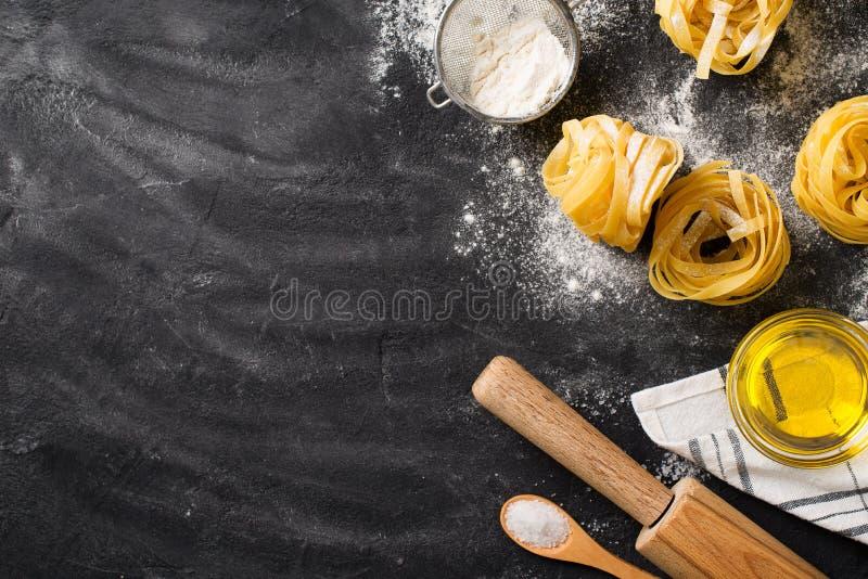 Bandnudelnteigwaren ungekocht, Spaghettihintergrund machend stockbilder
