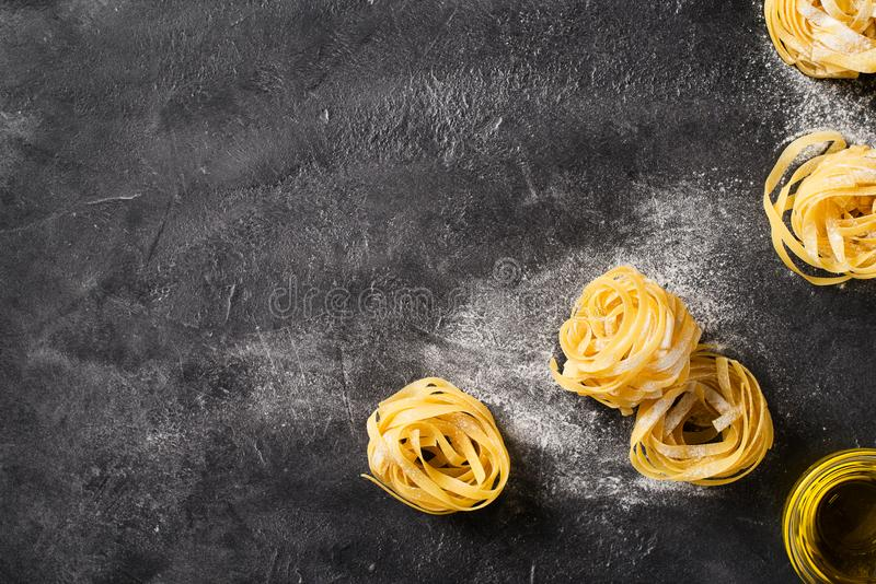 Bandnudelnteigwaren ungekocht, Spaghettihintergrund machend lizenzfreies stockfoto