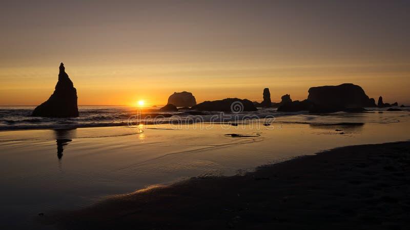 Bandon Oregon solnedgång fotografering för bildbyråer