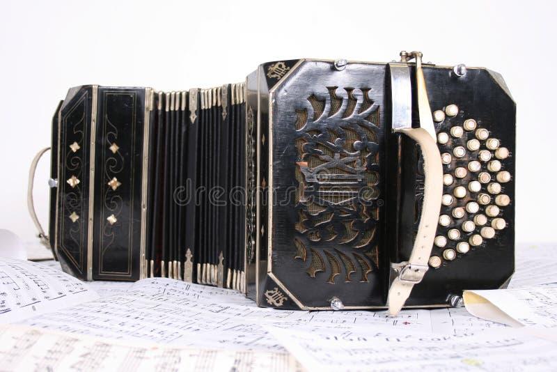 Bandoneon con las hojas de música foto de archivo libre de regalías