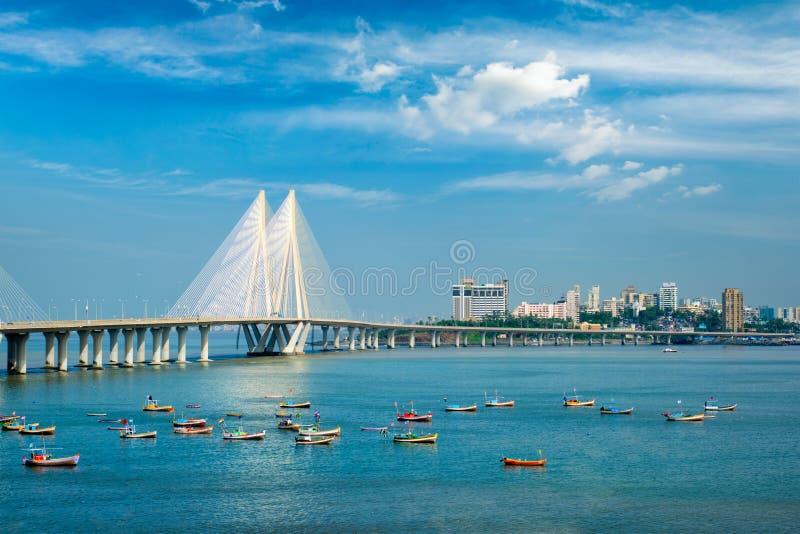 Bandra - Worli Sea Link bridge met vissersboten bekijkt Bandra-fort Mumbai, India royalty-vrije stock afbeelding