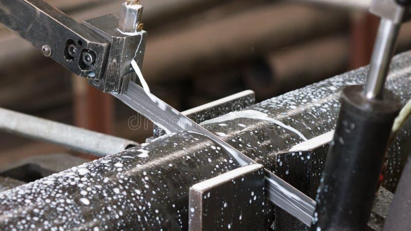 Bandsäge, die ein Stahlrohr schneidet stockfoto