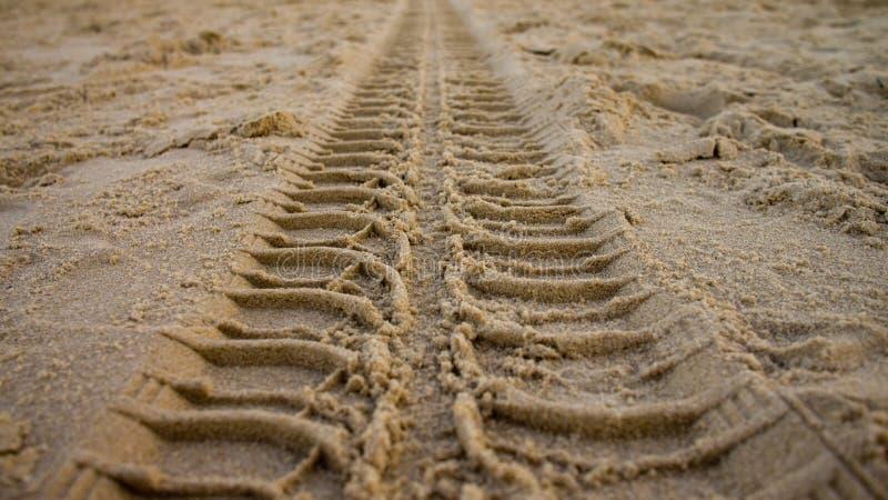 Bandspoor op zand stock foto's