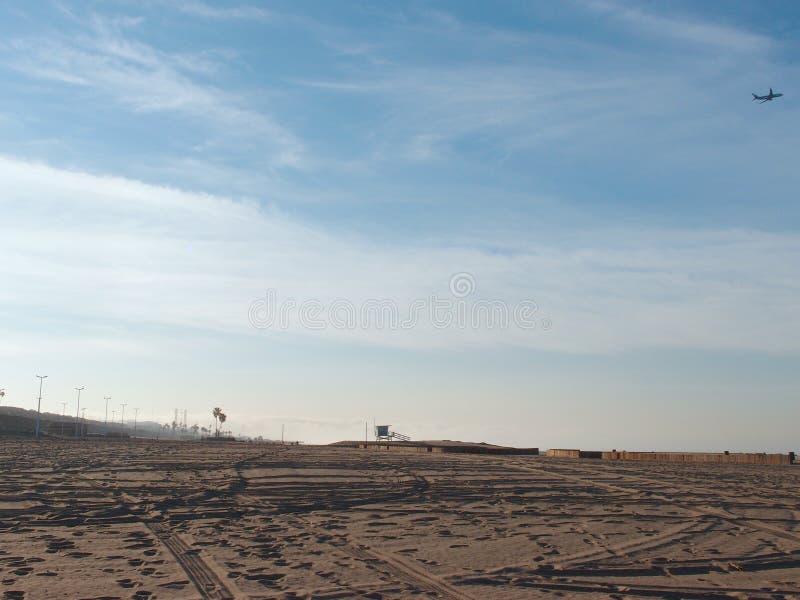 Bandsporen in het zand op een leeg Dockweiler-Park van de Strandstaat royalty-vrije stock fotografie