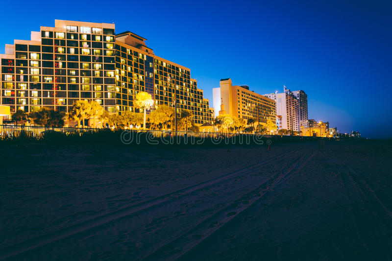 Bandsporen op het strand en hotels bij nacht, in Daytona Beach, stock fotografie