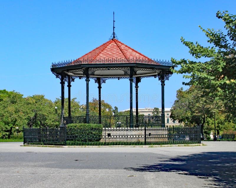Bandstand σε ένα πάρκο στην πόλη της Κέρκυρας μια όμορφη ασυννέφιαστη ημέρα στοκ εικόνα