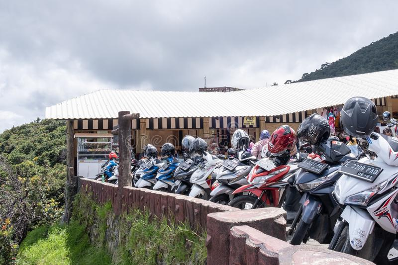 Bandung, Indonésia - 30 de dezembro de 2018: Ideia do estacionamento da motocicleta em Tangkuban Perahu, um stratovolcano 30 quil foto de stock