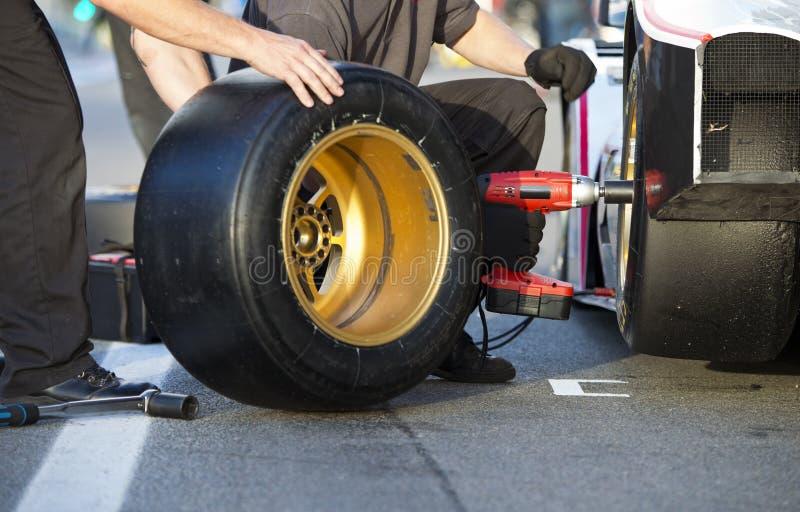 Bandverandering tijdens pitstop stock foto