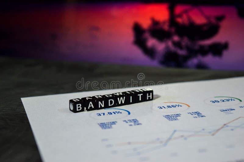 Bandwidth na drewnianych blokach Internetowy Online Podłączeniowy Broadbabd technologii pojęcie obrazy royalty free