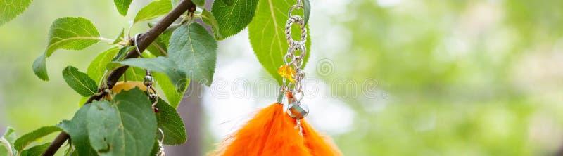 Baner av örhängen av den handgjorda dröm- stopparen med att hänga för fjädertråd- och pärlrep arkivbilder