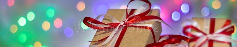 Baner av julgåvaasken mot bokehbakgrund letters amerikansk för färgexplosionen för kortet 3d ferie för hälsningen för flaggan nat royaltyfri fotografi