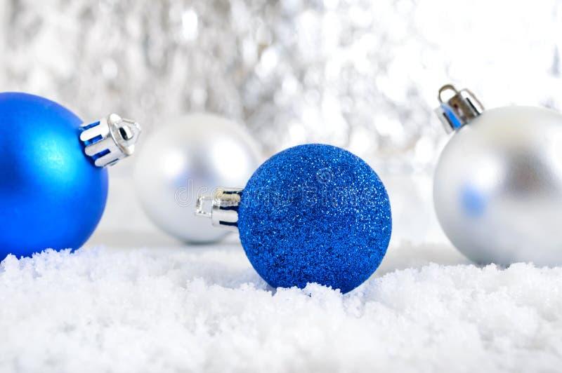 Baner för nytt år med blått, silver och bollar för vit jul i snö på abstrakt vinterbakgrund arkivbilder