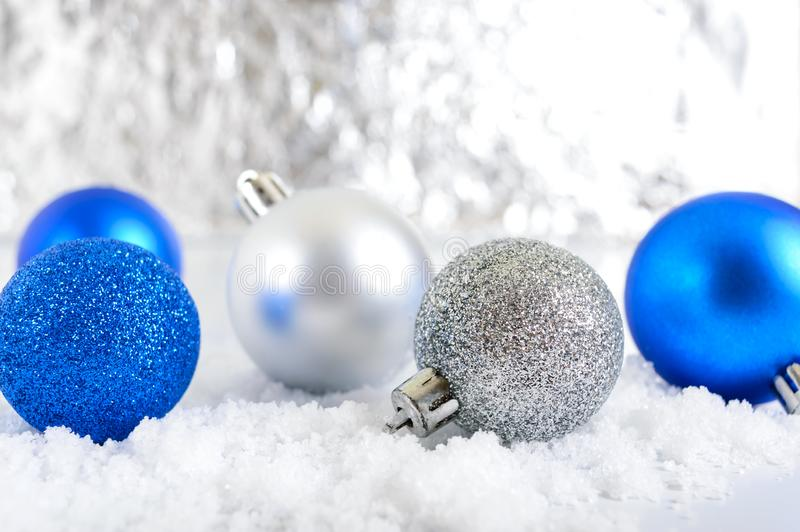 Baner för nytt år med blått, silver och bollar för vit jul i snö på abstrakt vinterbakgrund arkivfoto