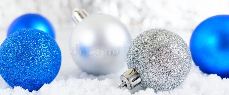 Baner för nytt år med blått, silver och bollar för vit jul i snö på abstrakt vinterbakgrund fotografering för bildbyråer