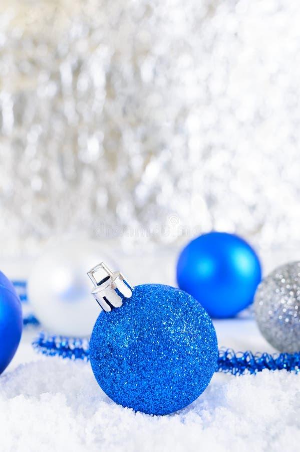 Baner för nytt år med blått, silver och bollar för vit jul i snö på abstrakt vinterbakgrund royaltyfria foton