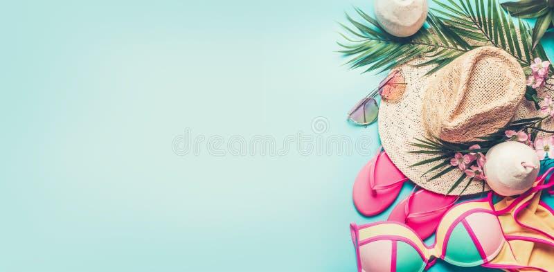 Baner för sommarferie Strandtillbehör: sugrörhatt, palmblad, solexponeringsglas, rosa flipmisslyckanden, bikini och kokosnötcocta arkivbild
