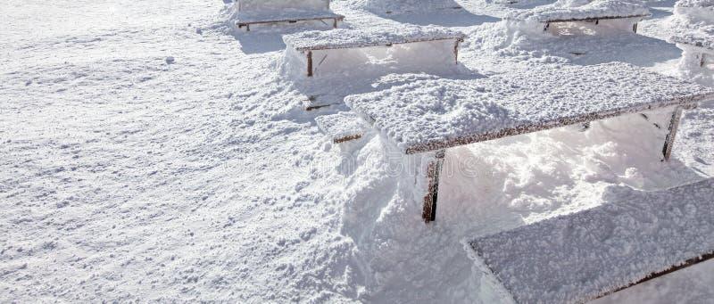 Baner för vintersnöpäfyllningar Sol som skiner på skrivbord och bänkar Co royaltyfri fotografi