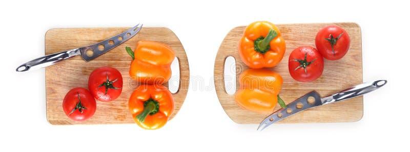 Baner f?r panoramawebsitetitelrad Tomater peppar, kniv på brädet som isoleras på vit bakgrund royaltyfria foton
