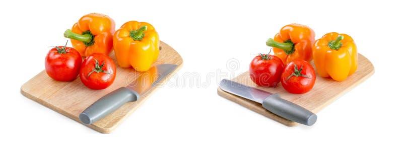 Baner f?r panoramawebsitetitelrad Tomater peppar, kniv p? br?det som isoleras p? vit bakgrund fotografering för bildbyråer