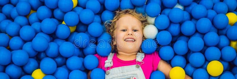 BANER LÅNGT FORMATbarn som spelar i bollgrop F?rgrika leksaker f?r ungar Dagis eller f?rskole- lekrum Litet barnunge royaltyfri fotografi