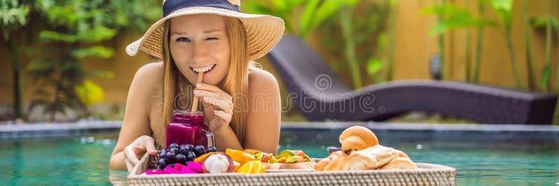 BANER LÅNGT FORMATfrukostmagasin i simbassängen som svävar frukosten i lyxigt hotell Flicka som kopplar av i p?len arkivbilder