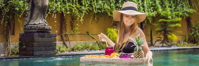 BANER LÅNGT FORMATfrukostmagasin i simbassängen som svävar frukosten i lyxigt hotell Flicka som kopplar av i p?len royaltyfria bilder