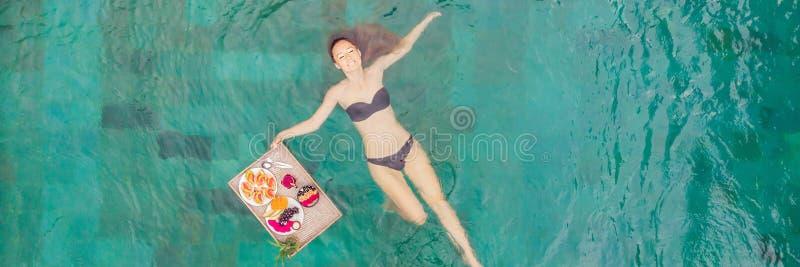 BANER LÅNGT FORMATfrukostmagasin i simbassängen som svävar frukosten i lyxigt hotell Flicka som kopplar av i p?len arkivfoto