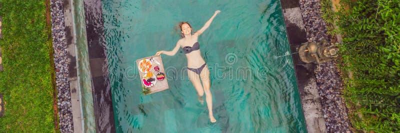 BANER LÅNGT FORMATfrukostmagasin i simbassängen som svävar frukosten i lyxigt hotell Flicka som kopplar av i p?len arkivbild