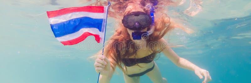 BANER lycklig kvinna för LÅNGT FORMAT, i att snorkla maskeringsdyken som är undervattens- med tropiska fiskar med den Thailand fl arkivfoto