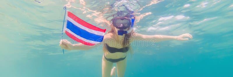 BANER lycklig kvinna för LÅNGT FORMAT, i att snorkla maskeringsdyken som är undervattens- med tropiska fiskar med den Thailand fl fotografering för bildbyråer