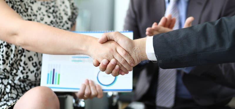 Baner med handskakningen för affärsdiagram royaltyfria bilder