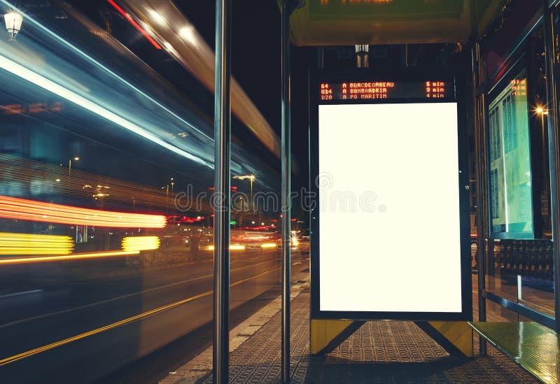 Baneradvertizingen är på hållplatsen royaltyfri foto