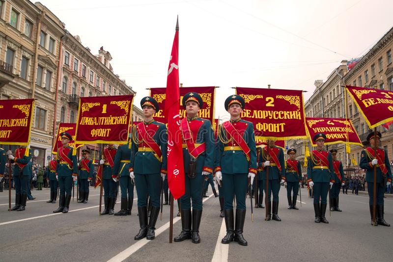 Banergrupp med baner av framdelarna av det stora patriotiska kriget på Nevskyen Prospekt Berömmen av segerdagen royaltyfri fotografi