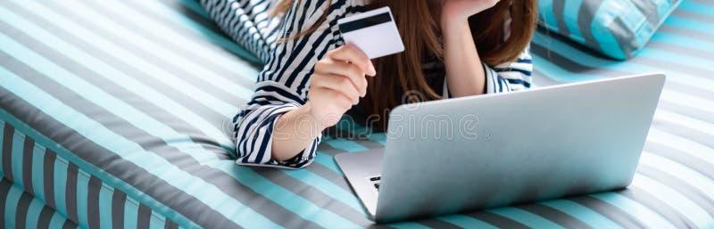 Banerwebsite som är eautiful av kreditkort för användare för ung asiatisk kvinna för stående liggande med bärbara datorn fotografering för bildbyråer