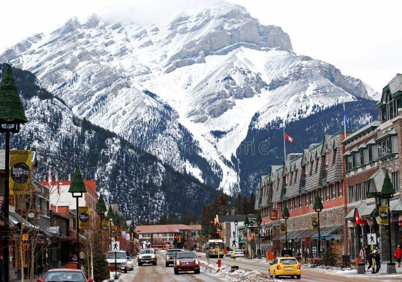 Banff大道在级联山之下的购物城镇 免版税库存照片