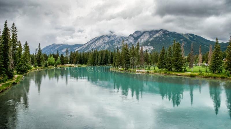 BANFF, ALBERTA/CANADA - 8 ΑΥΓΟΎΣΤΟΥ: Ποταμός τόξων σε Banff τον Αύγουστο στοκ φωτογραφία με δικαίωμα ελεύθερης χρήσης