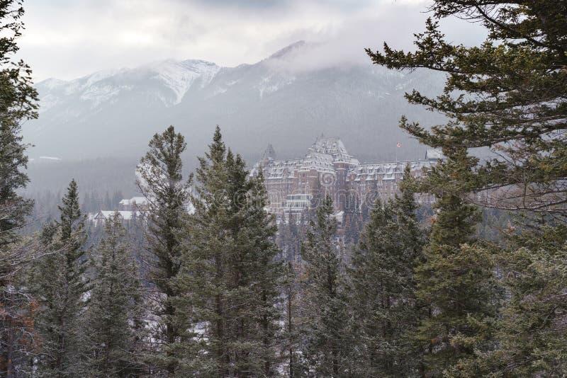 Banff, Alberta Canada: Opinión de la escena del invierno del Fairmont famoso Banff Springs Hotel, según lo visto de esquina de la fotografía de archivo libre de regalías