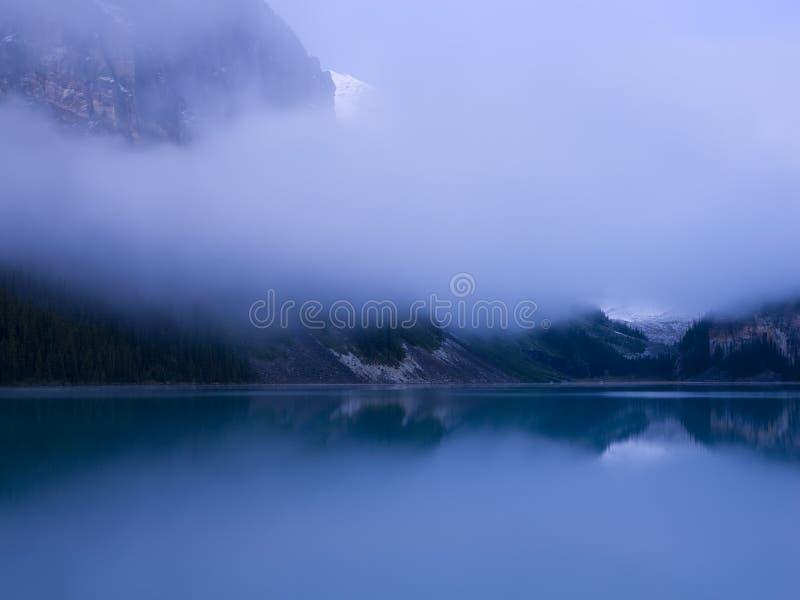 banff clouds den tidiga Lake Louise morgonen royaltyfri fotografi