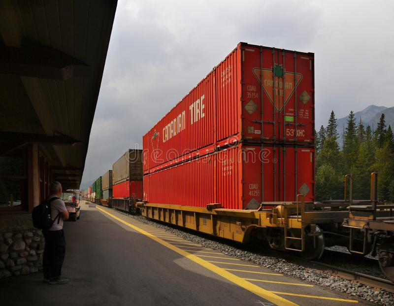 Banff-Güterzug-Eisenbahnen, Kanadier Rocky Mountains lizenzfreie stockfotografie