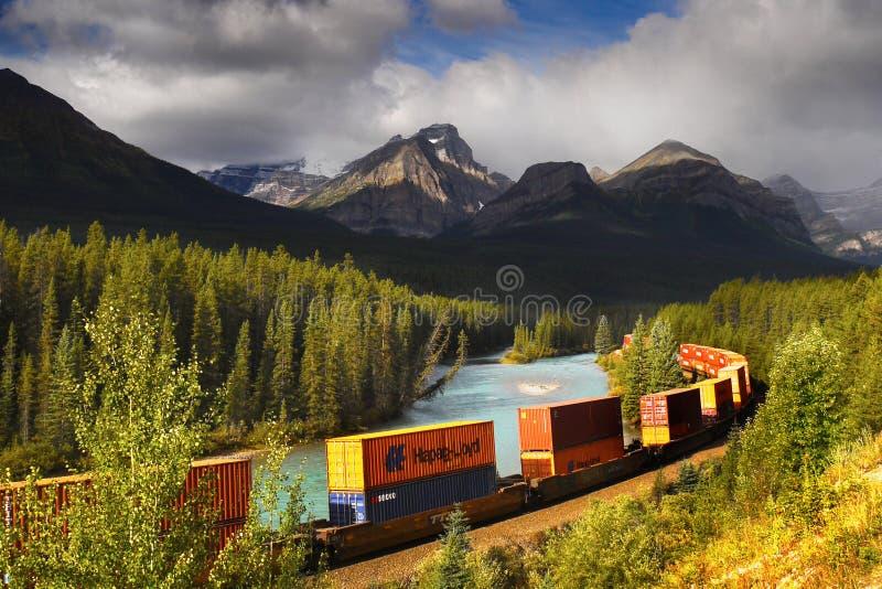 Banff-Güterzug-Eisenbahnen, Kanadier Rocky Mountains stockfoto