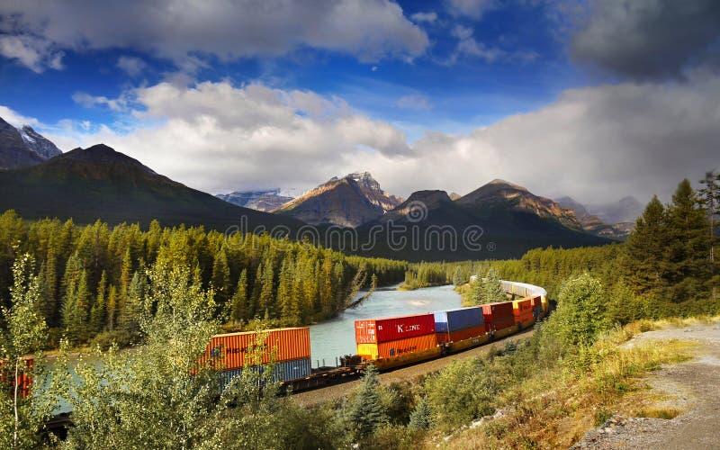 Banff-Güterzug-Eisenbahnen, Kanadier Rocky Mountains lizenzfreies stockbild