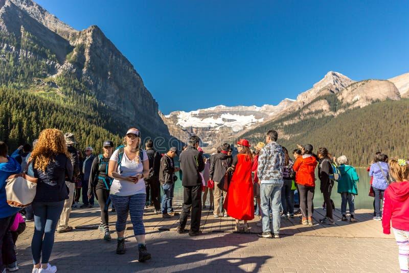 Banff nationalpark, Kanada - 20th sedan 2017 - turister och lokaler som tycker om det fantastiska landskapet i försommarmorgonen  arkivfoto